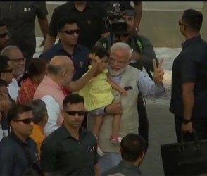 વડાપ્રધાન નરેન્દ્ર મોદીએ જે નાનકડી બાળકી તેડી લીધી તે કોણ? જુઓ Video