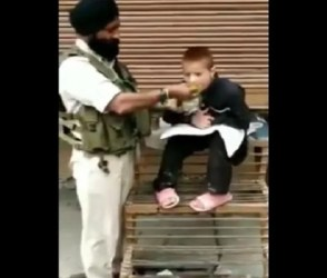 Video : જ્યારે CRPF જવાને કાશ્મીરી દિવ્યાંગ બાળકને પોતાના હાથે જમાડ્યો અને…