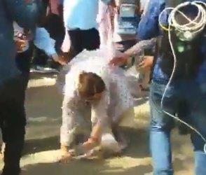 VIDEO: કિરણ ખેર રસ્તા પર જ ભફાંગ થઈ ગયાં! ઉભા થઈને કહ્યું, પ્લીઝ આને રેકોર્ડ ન કરશો