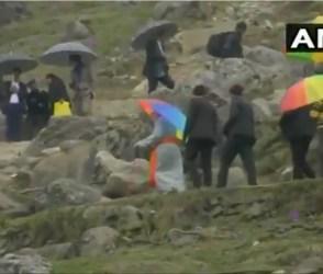 વરસાદ પણ મોદીને ના અટકાવી શક્યો, છત્રી લઈ પહોંચ્યા ખાસ મુકામે, જુઓ Video