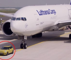 VIDEO: હાથીને કીડી તાણી જાય એમ આ ઈલેક્ટ્રિક કાર વિમાનને ખેંચી લાવી