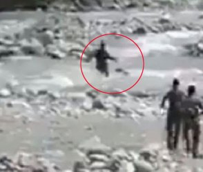 Video : CRPFના બે જવાનો ધસમસતા પાણીના પ્રવાહમાં કુદ્યા ને કર્યું પરાક્રમ