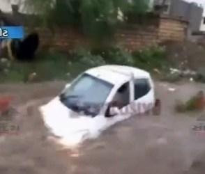 મવડી ગામમાં ધસમસતા પાણીના પ્રવાહમાં ભારે ભરખમ કાર રમકડાંની જેમ તણાઇ, જુઓ Video
