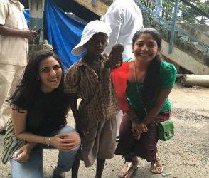 શ્લોકા મહેતા સાસુ નીતા અંબાણીના પગલે, ગરીબોને ભોજન કરાવતાં ચડ્યા નજરે, Photos