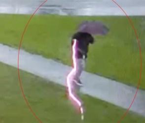 વરસાદમાં વ્યક્તિ પર પડી અચાનક વીજળી, વિડીયો જોઇને આંખો પહોળી રહી જશે