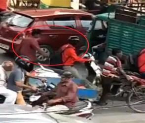 બાઇક ચાલકો ચેતીને હાંકજો, હવે ચાલતી ગાડીમાંથી આવી રીતે ચોર કરી રહ્યા છે ચોરી, જુઓ Video