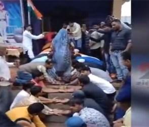 સરકારે કંઈ ના ઉકાળ્યું તો શહીદની પત્નીને ગામ લોકોએ આપી આ ભેટ, કરાવ્યો કંઇક આ રીતે ગૃહ પ્રવેશ