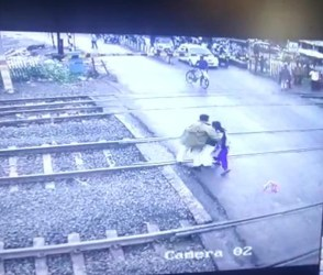 સુરતઃ જોયા વગર ટ્રેક પરથી પસાર થતી બે મહિલાઓ માટે દેવદૂત બન્યો આ જવાન, જુઓ સીસીટીવી વીડિયો