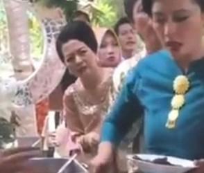 VIDEO: બે ખાઉંધરી મહિલા હાથાપાઈ પર ઉતરી આવી, કાઉન્ટર પાસે ધડબડાટી બોલાવી દીધી