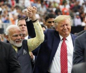 Video: હ્યુસ્ટનમાં ભારતીયોની વચ્ચે એકબીજાનો હાથ પકડીને મોદી-ટ્રમ્પ ફર્યા, દુનિયા આખી જોતી રહી ગઇ