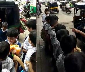 VIDEO: સુરતમાં સ્કૂલ રીક્ષામાંથી એક બાદ એટલાં બાળકો નીકળ્યા કે, પોલીસવાળા પણ આંખો ચોળતાં રહી ગયા