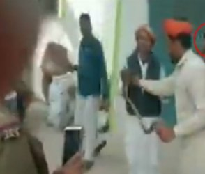 Video : પોલીસ સ્ટેશનમાં ઘુસ્યો સાપ પછી પોલીસ જવાને કરી એવી હરકત કે થઈ થૂ થૂ