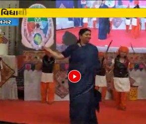 ગુજરાત પધારેલા મોદી સરકારના મહિલા મંત્રી બંને હાથમાં ઉઘાડી તલવારે સ્ટેજ પર આવ્યા, Video