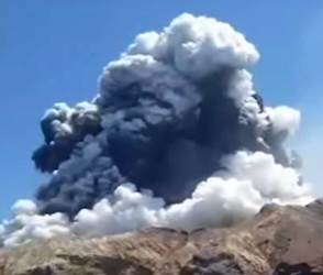 VIDEO: અરે બાપ રે! અચાનક જ મુસાફરોની બાજુમાં થયો મોટો ધડાકો, ટાપુ પર જ્વાળામુખી ફાટ્યો