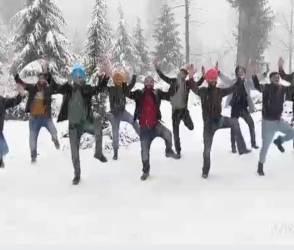 VIDEO: દાદ દેવી પડે આ પંજાબી મુંડાઓને, લોહી થીજાવતી ઠંડીમાં ચાલુ બરફ વર્ષાએ કર્યા ભાંગડા