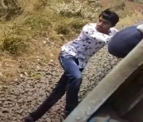 VIDEO: ટિકટોકની ઘેલછામાં ચાલુ ટ્રેને સ્ટંટ કરવા ગયો, હાથ છૂટ્યો અને શખ્સ ટ્રેન નીચે આવી ગયો