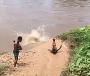 શું તમે ક્યારેય બાળપણમાં આવી મસ્તી કરી છે? પાણીમાં ધુબકા મારતા બાળકોને જોશો તો મજા આવશે