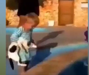 'ખાડો ખોદે તે પડે' કહેવત આ છોકરાને નાની ઉંમરમાં જ સમજાઈ ગઈ, જુઓ મજેદાર VIDEO