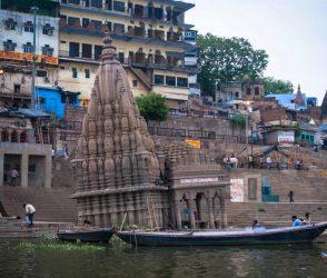 મહાદેવનું આ મંદિર રહસ્યમય, તેના પાયાથી 9 ડિગ્રી સુધી નમેલું અને 6 મહિના સુધી સમાઇ જાય છે પાણીમાં