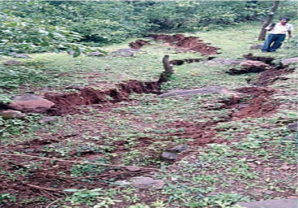 વલસાડમાં એકાએક 1 કિ.મી જમીન બેસી જતાં લોકોમાં ફફડાટ, એક સ્થળે 85 મીટર લાંબો અને 7 ફૂટ ઉંડો ખાડો પડ્યો