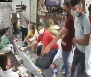 VIDEO: વાહ ચોર વાહ, કોરોનાની ગાઈડલાઈનનું પાલન કરીને સોનાની દુકાનમાંથી 40 લાખ લૂંટી દીધા