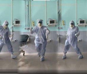 VIDEO: આ ડોક્ટરને ઘણી ખમ્મા, કોરોના દર્દીને સારું લાગે એ માટે કરે છે ફિલ્મી ગીતો પર ડાન્સ