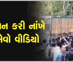 કોઈ જ મશીનરી વગર ટ્રકને ગામ લોકોએ આ રીતે ખીણમાંથી બહાર કાઢ્યો, ખતરનાક વીડિયો વાયરલ