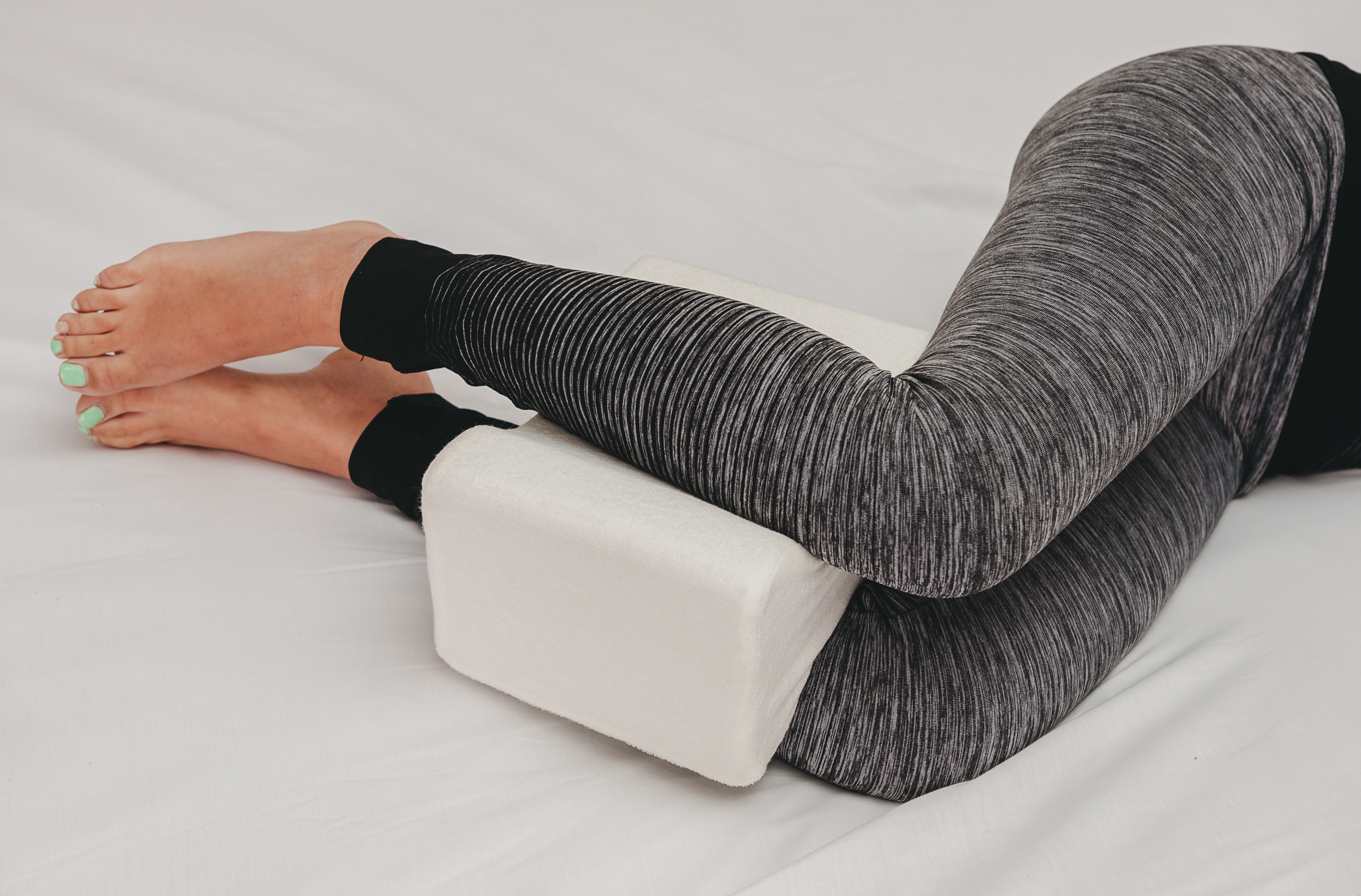 CONTOUR MEMORY FOAM LEG PILLOW ORTHOPAEDIC FIRM BACK HIPS