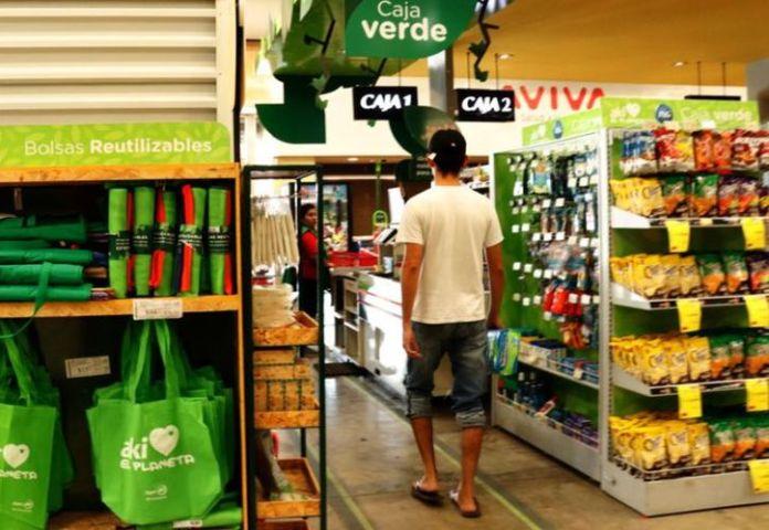 Las grandes cadenas de supermercado arrancaron un programa para sustituir sus bolsas plásticas. (José Acosta)