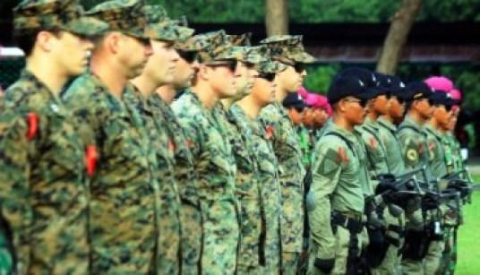 Prajurit Marinir TNI AL dan US Marine di Situbondo, Kamis (19/3/2015). (JIBI/Solopos/Antara/Sertu Mar Kuwadi)