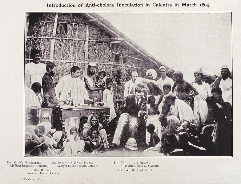 Inoculación contra el cólera en Calcuta en 1894. Colección Wellcome , CC BY-SA .