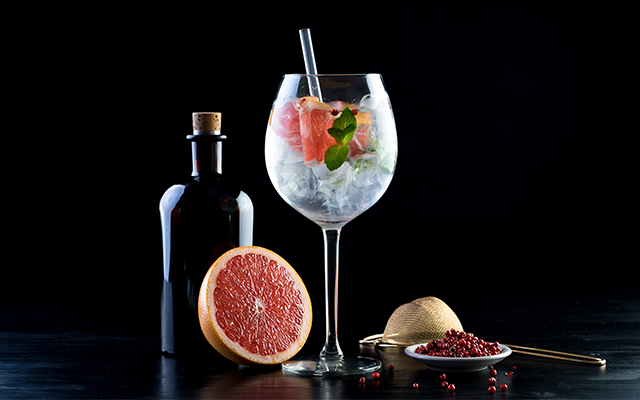 gin tonic grapefruit boabe de piper roșu