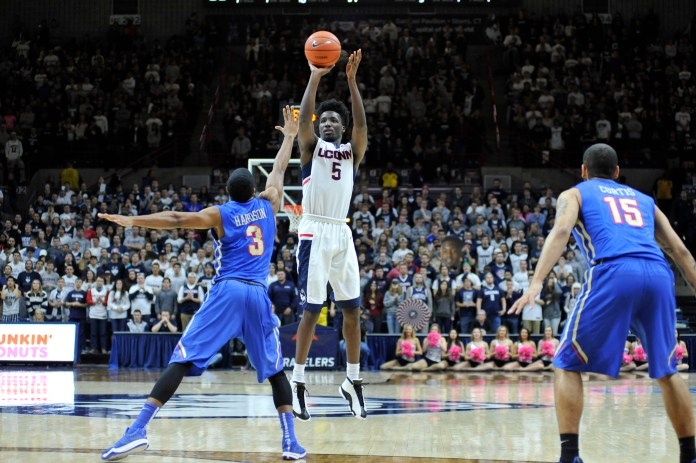 Sophomore Daniel Hamilton goes up against University of Tulsa on Feb. 13, 2016. The final score was 75-73, UConn.(Jason Jiang/Daily Campus)