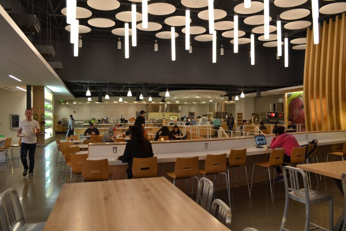 Students eat in Putnam dining hall, one of the dining halls on campus that uses anaerobic digestion processing to deal with food waste. (File Photo/The Daily Campus)