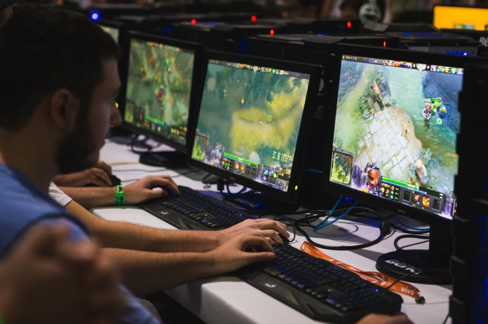 A group of Brazilian League of Legends players compete in the Campeonato League of Legends tournament.  Photo courtesy of Willian Alves via Flickr