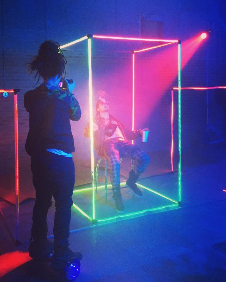 music video set design sonidos