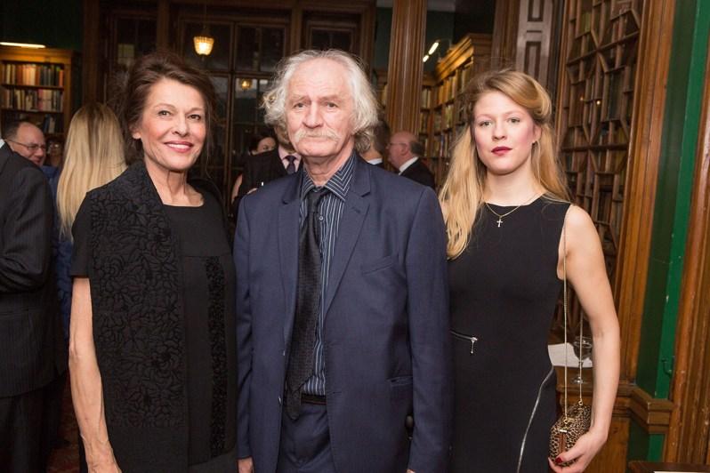 """Danica (r.) mit ihrer Mutter Beba und ihrem Vater """"Cile"""" Marinkovic.  Foto: The Royal Court of Serbia"""