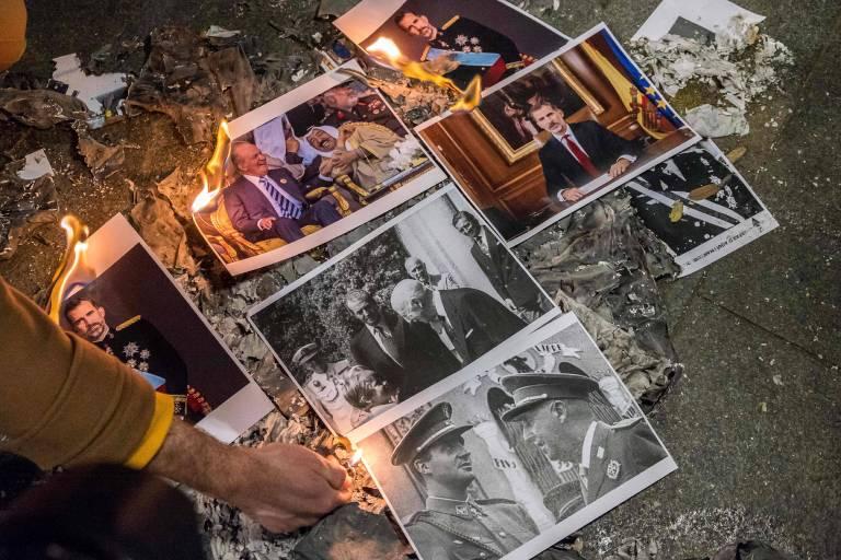Auf offener Straße zünden Demonstranten die Fotos von König Felipe und Juan Carlos an.   Foto: imago/ZUMA Press