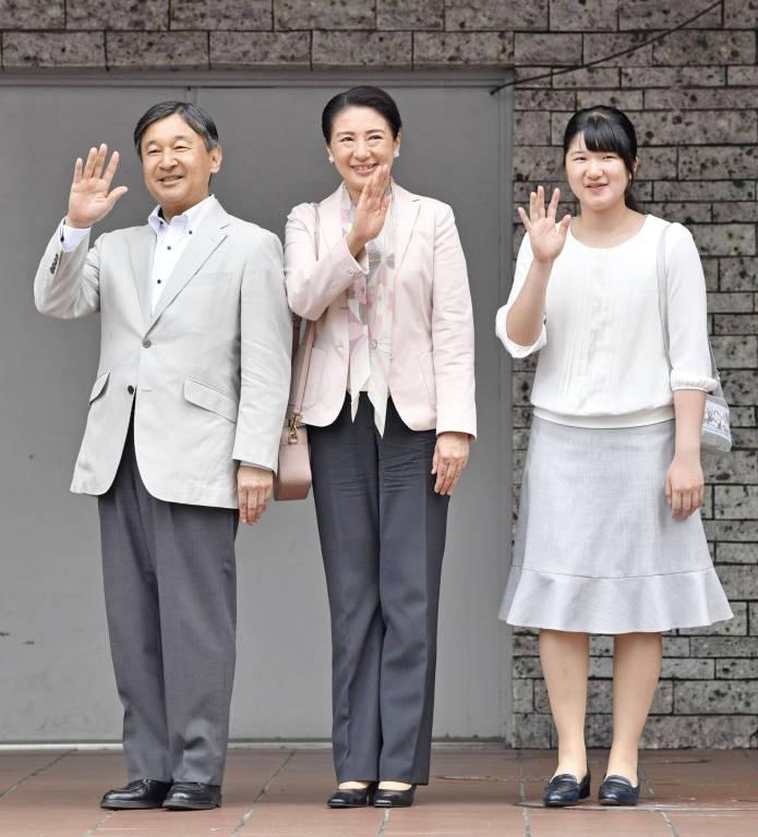 Kronprinz Naruhito und Kronprinzessin Masako mit Tochter Aiko am Bahnhof von Utsunomiya in Japan.  Foto:imago/Kyodo News