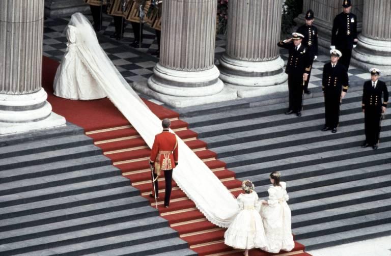Diana wählte eine 7,62 Meter lange Schleppe – die längste in der Geschichte von royalen Hochzeiten. ©imago/ZUMA Press
