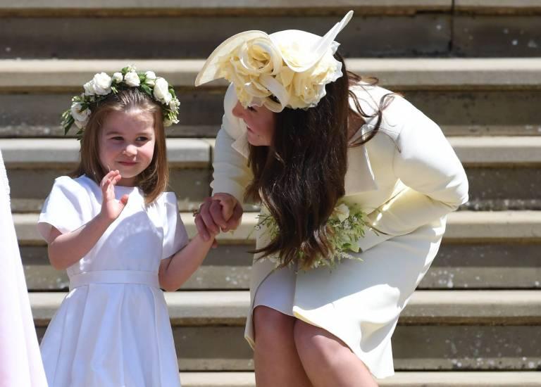 Kleiner Medienprofi: Charlotte und Herzogin Kate vor der Kapelle.  ©imago/UPI Photo