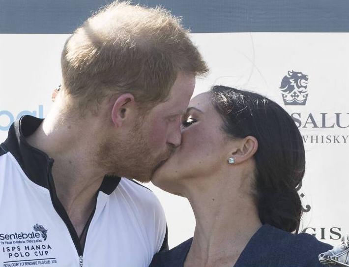 Was für ein Kuss! Harry und Meghan knutschen vor den Augen der Presse.  ©imago