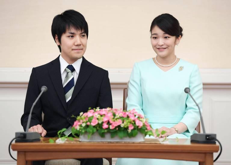 """""""Er lächelt wie die Sonne"""", schwärmte Mako bei der offizielen Verkündung der Verlobung. Nun liegt die Hochzeit auf Eis.   ©imago/Kyodo News"""
