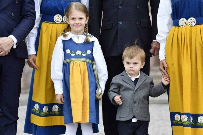 Lächeln für die Kameras. Prinzessin Estelle präsentiert sich als Profi. Ihr Bruder Prinz Oscar übt noch.  © ZDF/imago