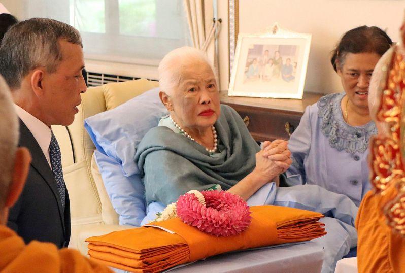 Königin Sirikit (m.) musste wegen einer Grippe ins Krankenhaus eingeliefert werden.  ©The Royal Household Bureau
