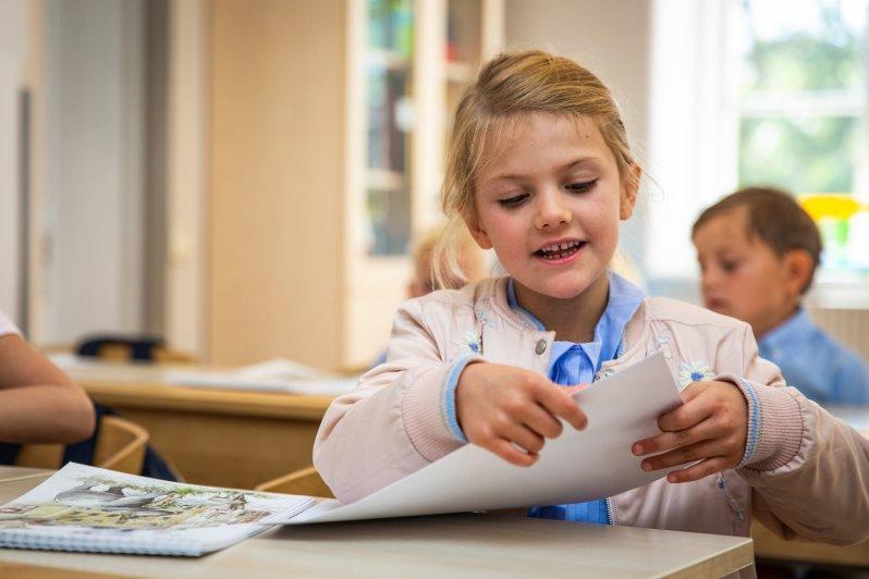An ihrem ersten Schultag trug Prinzessin Estelle eine hellen Blouson, eine hellblaue Bluse und einen weißen Rock. ©Raphael StecksénKungahuset.se