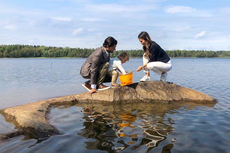 Prinzessin Sofia hat mit dem Cacher eine Wasserprobe genommen. Ihr ältester Sohn bestaunt neugierig, was seine Mama herausgefischt hat.  ©Kungahuset
