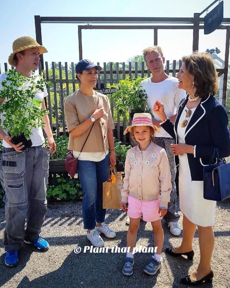 Königin Silvia und die Gärtner fachsimpeln über Pflanzen.  © Mit freundlicher Erlaubnis von Oskar,  Plant that Plant