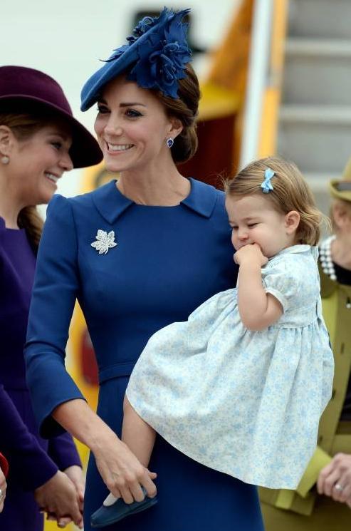 Die Farbe Blau trägt das süße Mutter-Tochter-Gespann häufiger. ©imago