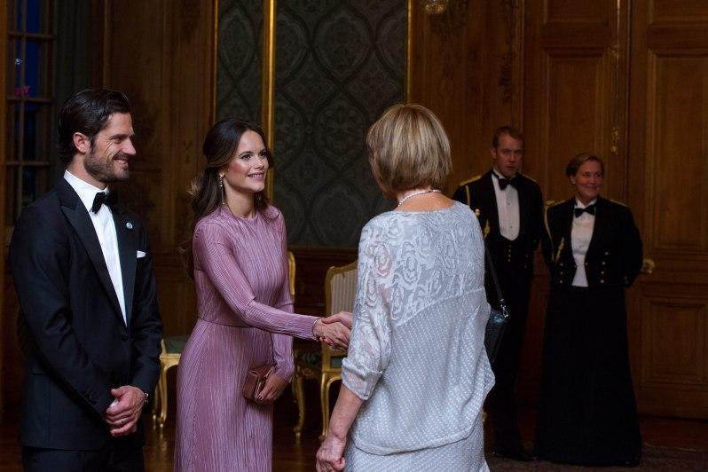 Prinzessin Sofia kam hochgeschlossen zu dem königlichen Dinner. Prinz Carl Philip kam im Smoking.  ©Henrik Garlöv/Kungahuset.se